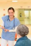 patient samtal för doktor till royaltyfri foto