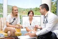 patient samtal för doktorssjuksköterska Arkivbilder
