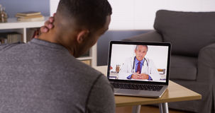 Patient som diskuterar hälsoproblem med den online-doktorn arkivfoto