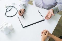 patient som fast beslutsamt lyssnar till en förklarande patient s för manlig doktor Royaltyfri Fotografi
