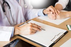 patient som fast beslutsamt lyssnar till en förklarande patient s för manlig doktor Royaltyfria Foton
