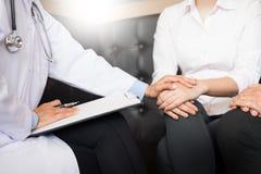 patient som fast beslutsamt lyssnar till en förklarande patient s för manlig doktor Fotografering för Bildbyråer