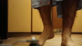 Patient som går med droppen Pole lager videofilmer