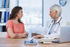 Patient som konsulterar en doktor arkivfoton