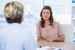 Patient som konsulterar en doktor arkivbild