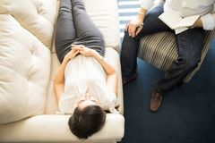 Patient som ligger på en soffa under psykoterapiperiod fotografering för bildbyråer