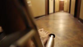 Patient som skjuts i en rullstol arkivfilmer