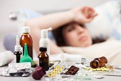 Patient souffrant de femme se trouvant vers le bas lit Photographie stock