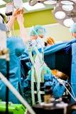 L'oxygène soigne le patient de fonctionnement occupé photo stock