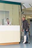 Patient spricht mit einer Krankenschwester Stockfotografie