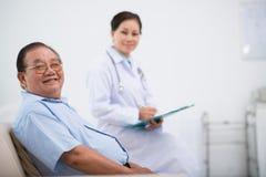 Patient supérieur heureux Photographie stock libre de droits