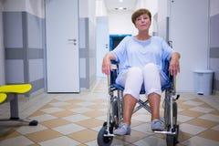 Patient supérieur triste s'asseyant sur un fauteuil roulant Image libre de droits