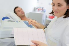 Patient sur l'électrocardiographie allante Images stock