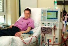 Patient sur la machine de dialyse photo libre de droits
