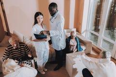 Patient sur le fauteuil roulant Docteur Nurse Stand Nearby image stock