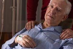 Patient terminal sur un égouttement photo libre de droits