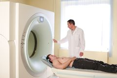 Patient und Doktor betriebsbereit zum CAT-Scan Stockfoto