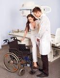 Patient und Doktor im Röntgenstrahlraum. Lizenzfreies Stockfoto