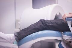 Patient und Doktor in völlig offenem MRI CAT Scan Stockfoto