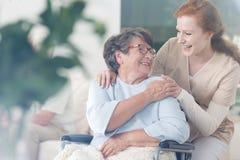 Patient und Pflegekraft verbringen Zeit zusammen lizenzfreies stockbild