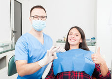 Patient und Zahnarzt oben und, die o.k. Daumen zeigen Stockbild