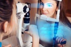 Patient under en ögonundersökning på syncentralen royaltyfri foto