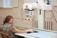 Patient während der Hand röntgt Prüfung lizenzfreies stockbild