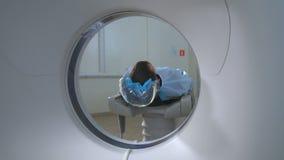 Patient wird durch MRI, CT-Scanner gescannt Magnetische Resonanz- Prüfung stock video
