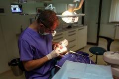 Patient am Zahnarzt Stockfotos