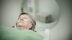 Patiente de dame âgée au balayage de la tomographie axiale sur ordinateur (CAT) Cancéreux de examen avec le CT Détection de tumeu images stock