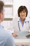 patiente de femelle de docteur Photos libres de droits