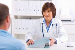 patiente de femelle de docteur Image libre de droits