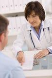 patiente de femelle de docteur Photos stock