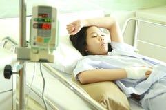 Patiente de femme dans le lit d'hôpital Images libres de droits
