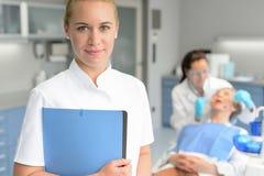 Patiente de femme de contrôle de dentiste d'assistant dentaire image libre de droits