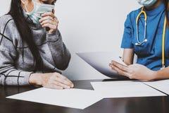Patienten beraten sich mit der Krankenschwester lizenzfreies stockfoto