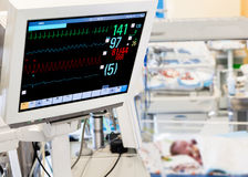 Patienten-Überwachungsgerät in neugeborenem ICU Stockbilder