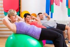 Patienten an der Physiotherapie auf Trainingsbällen lizenzfreie stockfotos