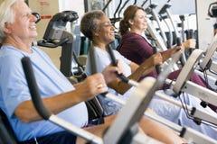 Patienten, die in der Gymnastik ausarbeiten Stockbild