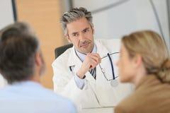 Patienten, die Doktor für einen ärztlichen Rat treffen stockbilder