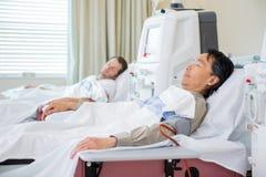 Patienten, die Nierendialyse empfangen Stockfotografie