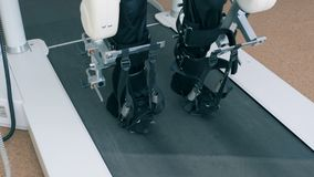 Patienten går på ett medicinskt spår Rehabiliteringbegrepp stock video