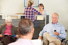 Patienten im Raum Doktors Warte Lizenzfreies Stockfoto