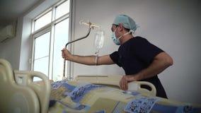 Patienten på båren sköt på hastighet till och med a stock video
