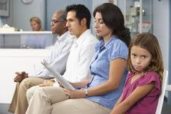 Patienten in Raum Doktor-Aufwartung Stockfoto