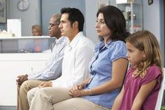 Patienten in Raum Doktor-Aufwartung Stockfotos