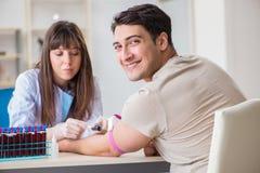 Patienten under tillvägagångssättet för provtagning för blodprov som tas för analys royaltyfri fotografi