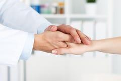Patientenzujubeln und -unterstützung lizenzfreies stockbild