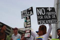 Patienter protesterar över bristen av medicin- och bottenlägelön i Caracas Royaltyfri Bild