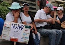 Patienter protesterar över bristen av medicin- och bottenlägelön i Caracas Fotografering för Bildbyråer